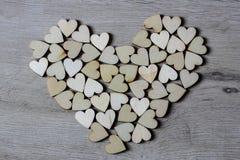 Μορφή καρδιών από τις φυσικές μορφές καρδιών δέντρων ξύλινες μικρές Στοκ Εικόνα