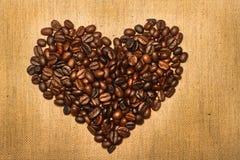 μορφή καρδιών καφέ φασολιώ&nu Στοκ εικόνες με δικαίωμα ελεύθερης χρήσης