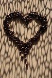 μορφή καρδιών καφέ φασολιώ&nu στοκ φωτογραφίες