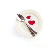 μορφή καρδιών με το άσπρο κενό πιάτο με το δίκρανο και το κουτάλι για την αγάπη Στοκ Εικόνες