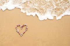 Μορφή καρδιών στα ρόδινα κοχύλια θάλασσας στην παραλία Στοκ εικόνα με δικαίωμα ελεύθερης χρήσης