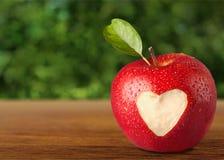 Μορφή καρδιών στη Apple Στοκ φωτογραφία με δικαίωμα ελεύθερης χρήσης