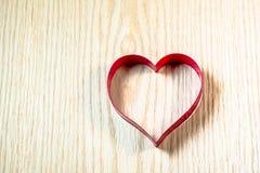 Μορφή καρδιών στον ξύλινο πίνακα στοκ εικόνα