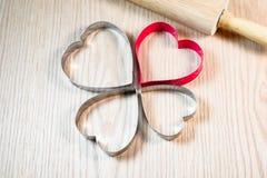 Μορφή καρδιών στον ξύλινο πίνακα στοκ φωτογραφία