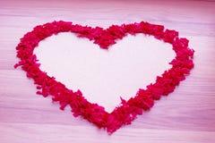 Μορφή καρδιών του κόκκινου κομφετί - άσπρο διαστημικό και ρόδινο υπόβαθρο αντιγράφων στοκ φωτογραφία με δικαίωμα ελεύθερης χρήσης