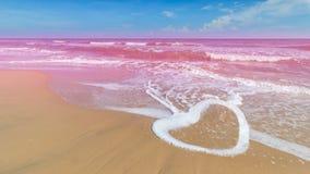 Μορφή καρδιών του κύματος με τη ρόδινη θάλασσα Στοκ εικόνα με δικαίωμα ελεύθερης χρήσης