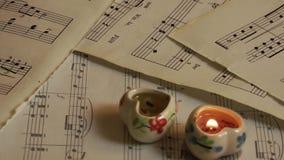 Μορφή καρδιών των κεριών και των φύλλων μουσικής φιλμ μικρού μήκους