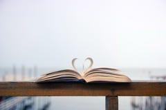 Μορφή καρδιών φιαγμένη από ανοικτές σελίδες βιβλίων Στοκ Εικόνα