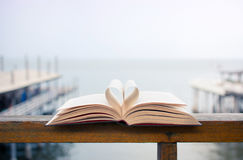 Μορφή καρδιών φιαγμένη από ανοικτές σελίδες βιβλίων Στοκ εικόνα με δικαίωμα ελεύθερης χρήσης