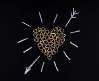 Μορφή καρδιών φιαγμένη από ζυμαρικά Ζυμαρικά με μορφή μιας καρδιάς σε ένα β Στοκ Φωτογραφίες