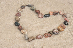 Μορφή καρδιών χαλικιών στην άμμο Στοκ εικόνα με δικαίωμα ελεύθερης χρήσης