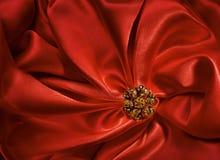 Μορφή κοσμήματος πέρα από το κόκκινο υπόβαθρο υφασμάτων μεταξιού, πτυχές υφάσματος στοκ εικόνες