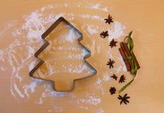 Μορφή μετάλλων για το μπισκότο Χριστουγέννων στη μορφή του χριστουγεννιάτικου δέντρου Στοκ εικόνες με δικαίωμα ελεύθερης χρήσης
