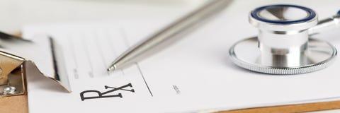 Μορφή συνταγών που ψαλιδίζεται στο μαξιλάρι που βρίσκεται στον πίνακα με το στηθοσκόπιο Στοκ Φωτογραφίες