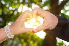 Μορφή της καρδιάς που γίνεται με το χέρι του ζεύγους Στοκ Εικόνες