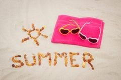 Μορφή του ήλιου και καλοκαίρι λέξης με τα γυαλιά ηλίου στην άμμο, έννοια της προστασίας ήλιων στις διακοπές Στοκ Φωτογραφία
