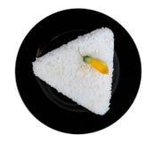 Μορφή τριγώνων άσπρου ρυζιού στο μαύρο ceremic πιάτο που απομονώνεται στο μόριο Στοκ φωτογραφία με δικαίωμα ελεύθερης χρήσης