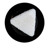 Μορφή τριγώνων άσπρου ρυζιού στο μαύρο ceremic πιάτο που απομονώνεται στο μόριο Στοκ εικόνα με δικαίωμα ελεύθερης χρήσης