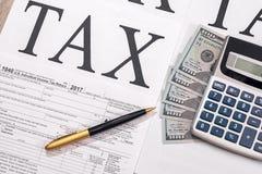 μορφή 1040 φόρου με τα δολάρια, τον υπολογιστή και τη μάνδρα στοκ φωτογραφία με δικαίωμα ελεύθερης χρήσης