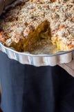 Μορφή ψησίματος εκμετάλλευσης αρχιμαγείρων ατόμων με το σπιτικό κέικ Vegan Eggless Apple με αποκόπτω? τη θίχουλα φέτα Φυσικός ελα Στοκ εικόνες με δικαίωμα ελεύθερης χρήσης