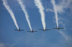 Μορφή Contrails από τα εκλεκτής ποιότητας αεροπλάνα Στοκ Εικόνα