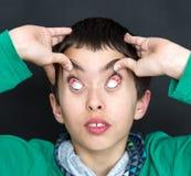 Μορφασμός αγοριών με τα μάτια Στοκ φωτογραφία με δικαίωμα ελεύθερης χρήσης