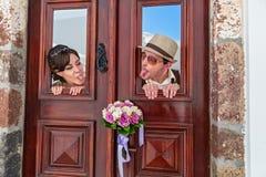 Μορφασμός γαμήλιων ζευγών στις πόρτες Στοκ Εικόνα