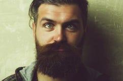 μορφασμός Στραβισμός μάτια στραβισμού ατόμων στο ανόητο πρόσωπο Στοκ φωτογραφία με δικαίωμα ελεύθερης χρήσης