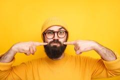 Μορφασμός hipster κάνοντας τα πρόσωπα στη κάμερα στοκ φωτογραφίες