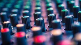 Μορφωματικός ακουστικός αναμίκτης κουμπιών συνθετών ζωηρόχρωμος, εξοπλισμός μουσικής εργαλεία στούντιο καταγραφής, εργαλεία ραδιο Στοκ Εικόνες