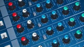 Μορφωματικός ακουστικός αναμίκτης κουμπιών συνθετών ζωηρόχρωμος, εξοπλισμός μουσικής εργαλεία στούντιο καταγραφής, εργαλεία ραδιο Στοκ φωτογραφία με δικαίωμα ελεύθερης χρήσης