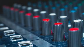 Μορφωματικός ακουστικός αναμίκτης κουμπιών συνθετών ζωηρόχρωμος, εξοπλισμός μουσικής εργαλεία στούντιο καταγραφής, εργαλεία ραδιο Στοκ Εικόνα