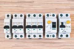 Μορφωματικό ηλεκτρικό διακόπτες, RCD και διαφορικό αυτόματοι στοκ εικόνες