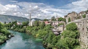 Μοστάρ, Βοσνία-Ερζεγοβίνη - 1 Μαΐου 2014: Ποταμός Nerteva και παλαιά πόλη του Μοστάρ, με το οθωμανικό μουσουλμανικό τέμενος Στοκ Φωτογραφία