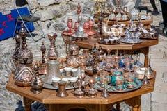 Μοστάρ, Βοσνία-Ερζεγοβίνη - τον Απρίλιο του 2019: Παλαιά πόλη του Μοστάρ Πίνακες με τα διακοσμητικά souvernirs στην αγορά στοκ εικόνα με δικαίωμα ελεύθερης χρήσης