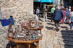 Μοστάρ, Βοσνία-Ερζεγοβίνη - τον Απρίλιο του 2019: Παλαιά πόλη του Μοστάρ Τουρίστες και souvernirs στην αγορά στοκ εικόνα