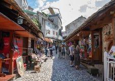 Μοστάρ, Βοσνία-Ερζεγοβίνη - τον Απρίλιο του 2019: Παλαιά πόλη του Μοστάρ Τουρίστες στην οδό αγοράς στοκ εικόνες