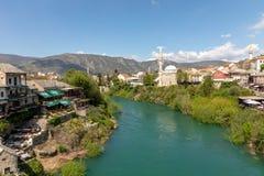 Μοστάρ, Βοσνία-Ερζεγοβίνη - τον Απρίλιο του 2017: Ποταμός Nerteva και παλαιά πόλη του Μοστάρ, με το οθωμανικό μουσουλμανικό τέμεν στοκ φωτογραφία με δικαίωμα ελεύθερης χρήσης