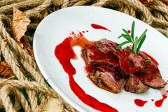 Μοσχαρίσιο κρέας με το crunberry souse στοκ εικόνα με δικαίωμα ελεύθερης χρήσης
