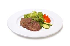 Μοσχαρίσιο κρέας στη σάλτσα κρασιού με τα λαχανικά σε ένα άσπρο υπόβαθρο Στοκ φωτογραφία με δικαίωμα ελεύθερης χρήσης