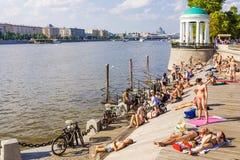 ΜΟΣΧΑ, 14.2016 ΡΩΣΊΑ-ΙΟΥΛΙΟΥ: Παραλία ελιών στο πάρκο του Γκόρκυ στο β Στοκ φωτογραφία με δικαίωμα ελεύθερης χρήσης