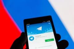 ΜΟΣΧΑ, ΡΩΣΙΑ - 17 ΑΠΡΙΛΊΟΥ 2018: Ένα κινητό τηλέφωνο στο χέρι με την εφαρμογή τηλεγραφημάτων στο κατάστημα παιχνιδιού Google Ρωσι στοκ φωτογραφία