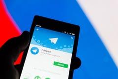 ΜΟΣΧΑ, ΡΩΣΙΑ - 17 ΑΠΡΙΛΊΟΥ 2018: Ένα κινητό τηλέφωνο στο χέρι με την εφαρμογή τηλεγραφημάτων στο κατάστημα παιχνιδιού Google Ρωσι στοκ εικόνα