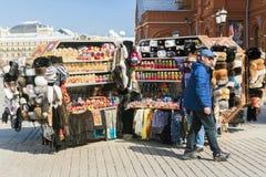 ΜΟΣΧΑ, ΡΩΣΙΑ 14 ΑΠΡΙΛΊΟΥ: Μετρητές πωλήσεων αναμνηστικών με εγγενές Rus Στοκ Εικόνα