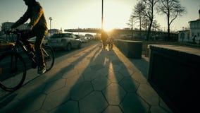 ΜΟΣΧΑ, ΡΩΣΙΑ - 15 ΑΠΡΙΛΊΟΥ 2018 Οι άνθρωποι περπατούν από Zaryadye το πάρκο κοντά στο Κρεμλίνο Στοκ φωτογραφία με δικαίωμα ελεύθερης χρήσης