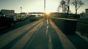 ΜΟΣΧΑ, ΡΩΣΙΑ - 15 ΑΠΡΙΛΊΟΥ 2018 Οι άνθρωποι περπατούν από Zaryadye το πάρκο κοντά στο Κρεμλίνο απόθεμα βίντεο