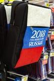ΜΟΣΧΑ, ΡΩΣΙΑ - 21 Απριλίου 2018: Πλάτη - τσάντα lap-top πακέτων σε ένα κατάστημα δώρων με το Παγκόσμιο Κύπελλο FIFA 2018 mundial  Στοκ Φωτογραφία