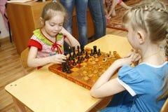 ΜΟΣΧΑ, ΡΩΣΙΑ 17 ΑΠΡΙΛΊΟΥ 2014: τα παιδιά παίζουν με τα παιχνίδια σε έναν παιδικό σταθμό Στοκ Φωτογραφία