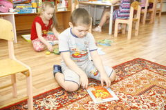ΜΟΣΧΑ, ΡΩΣΙΑ 17 ΑΠΡΙΛΊΟΥ 2014: τα παιδιά παίζουν με τα παιχνίδια σε έναν παιδικό σταθμό Στοκ εικόνα με δικαίωμα ελεύθερης χρήσης