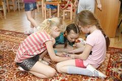 ΜΟΣΧΑ, ΡΩΣΙΑ 17 ΑΠΡΙΛΊΟΥ 2014: τα παιδιά παίζουν με τα παιχνίδια σε έναν παιδικό σταθμό Στοκ φωτογραφία με δικαίωμα ελεύθερης χρήσης